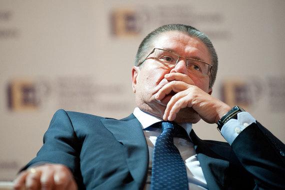 Министр экономического развития Алексей Улюкаев стал первым в истории России действующим федеральным министром - фигурантом уголовного дела, сообщил «Интерфакс». Улюкаеву предъявлено обвинение в получении взятки с вымогательством размером $2 млн, заявление на него подала «Роснефть». По версии следствия, Улюкаев потребовал от представителя «Роснефти» взятку за положительное заключение и оценку сделки по приобретению «Роснефтью» госпакета «Башнефти». Басманный cуд постановил отправить Улюкаева на время следствия под домашний арест