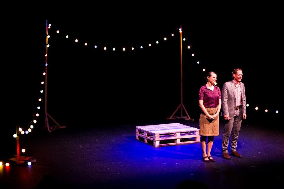 Актеры Кэти Нейден и Джереми Киллик играют «Праздники будущего» в крайне аскетичной обстановке