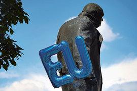 Уинстона Черчилля развернули спиной к Европе
