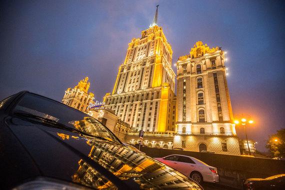 Здание гостиницы «Украина» подсвечивается 24 часа в сутки