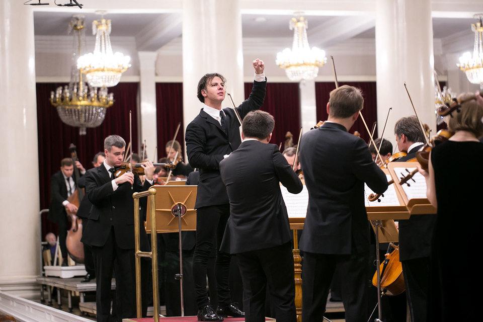 Оркестр Курентзиса играет стоя