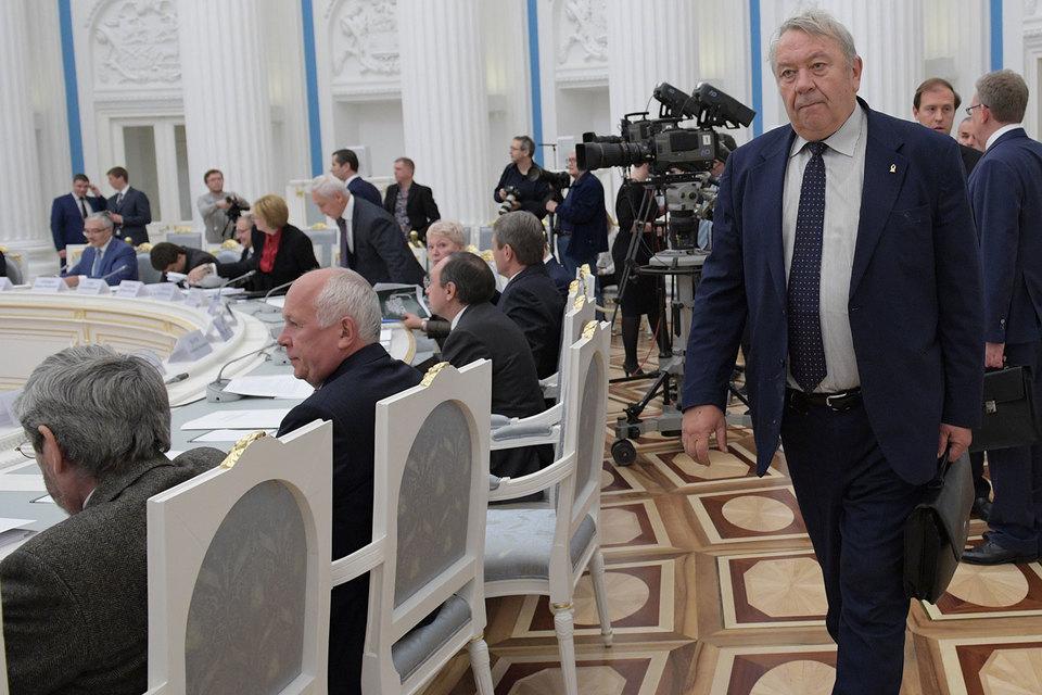 Владимир Фортов (справа) считает избранных в РАН чиновников настоящими учеными