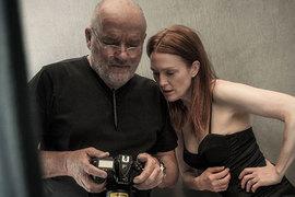 Фотограф Питер Линдберг и актриса Джулианна Мур на съемках