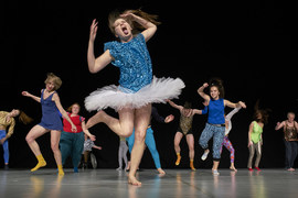 В каждом городе, где гастролирует спектакль Gala, участники набираются из местных танцовщиков балета и современного танца, драматических актеров и любителей