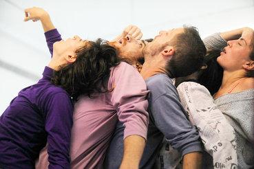 Танцовщики Ясмин Годдер готовы в любой момент слипнуться в единое тело
