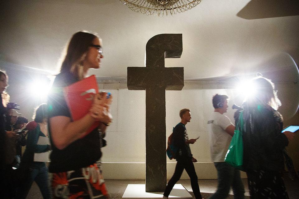 Акционеры социальная сеть Facebook раскритиковали инвестора Андриссена запомощь Цукербергу втайне отсовета начальников