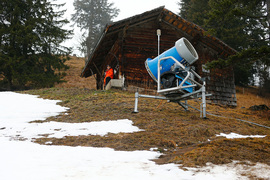Необыкновенно теплая зима в начале лыжного сезона не оставила шансов технологиям изготовления снега
