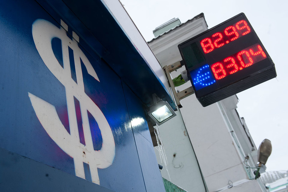 В пятницу курс евро вырос на 2,54 руб. и достиг 85,15 руб., курс доллара поднялся на 1,76 руб. до 77,81 руб.