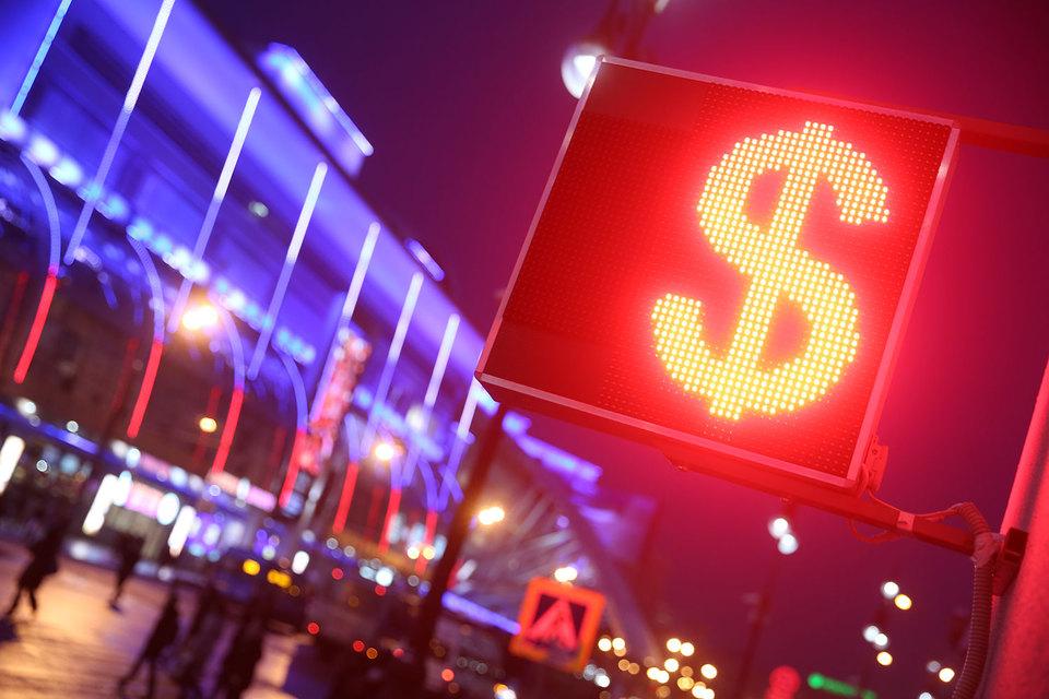 В первую минуту торгов сделки по доллару находились в широком диапазоне 80,26-82,09 рубля