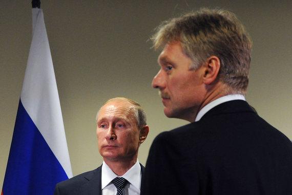 Президент России Владимир Путин и его пресс-секретарь Дмитрий Песков
