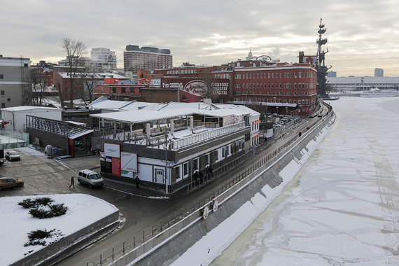 Более 10 лет назад мэрия Москвы планировала, что на территории в 48 га (от памятника Петру I до Большого Москворецкого моста) будет построено более 1 млн кв. м различной недвижимости