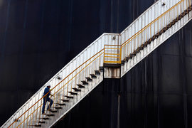 Подняться до прежних высот ценам на нефть не дадут низкий спрос и большие запасы