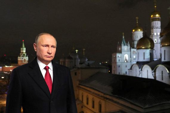 2016 г. Владимир Путин поздравил россиян с наступающим Новым годом, это его 14-е поздравление во главе страны. По его словам, трудности, которые возникли в 2016 году, сплотили граждан и дали сил для движения вперед. Путин призвал россиян стать в новогоднюю ночь немного волшебниками. Он пожелал всем быть внимательными к близким и с уважением относиться к окружающим