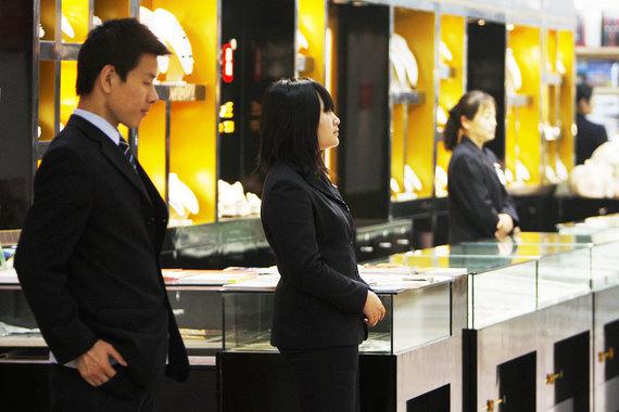 Китайцы стали больше тратить на предметы роскоши у себя на родине
