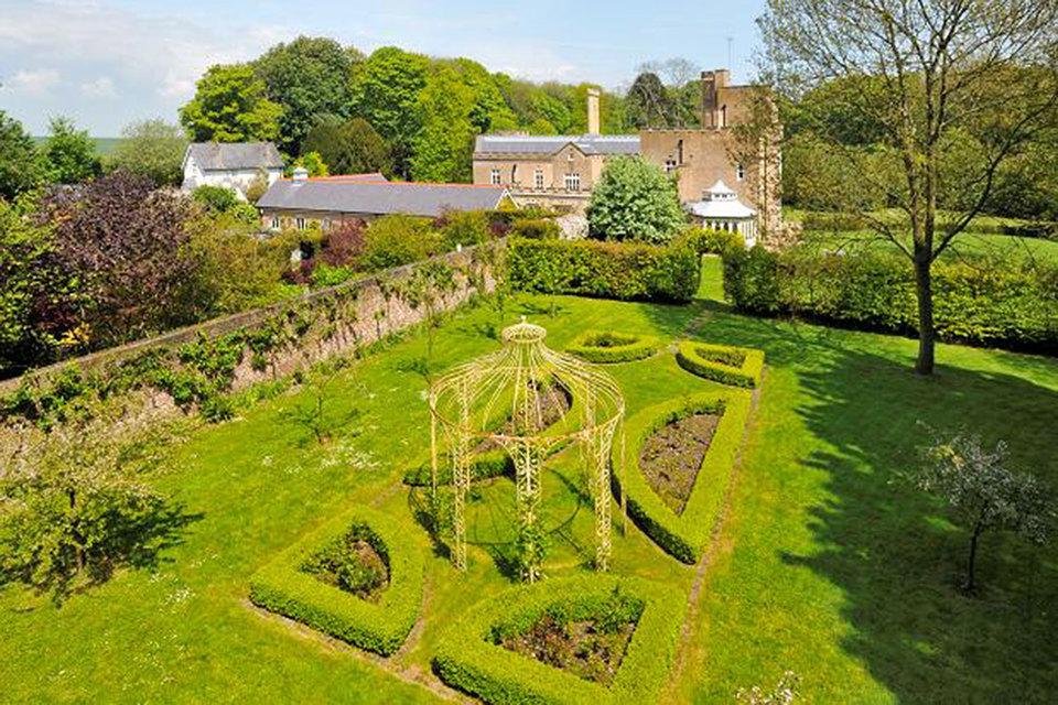 За последние годы Юрова приобрела, например, за 4,1 1 млн фунтов стерлингов. «фамильный замок Юровых» -- Oxney Court в графстве Кент