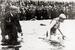 Пловчиха М. Гляйтце только что пересекла Ла-Манш (1927 г.)