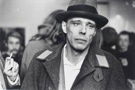 Невозмутимый человек в шляпе изменил представление мира о том, что такое художник