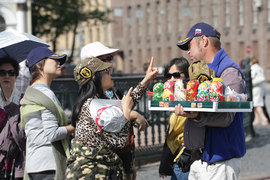 Администрация Петербурга ожидает, что в этом году город посетят 200 000 китайских туристов, это почти в три раза больше, чем в 2016 г.