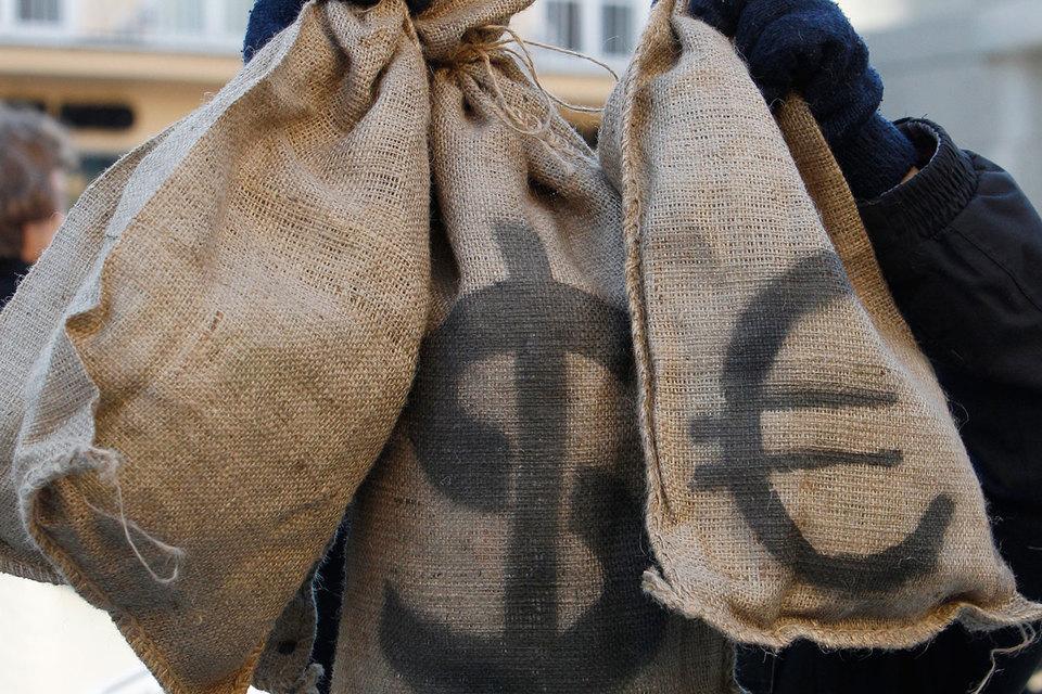 Эксперты советуют хранить сбережения в двух или трех валютах