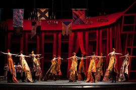 Танец со шлейфами – одна из жемчужин в постановке «Ромео и Джульетты»