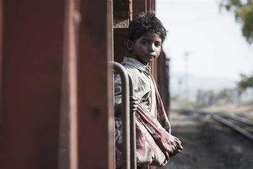 Маленький Сару потерял дом и семью, и фильм хорош, пока он ее не нашел