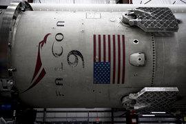 Запуск Falcon 9 с грузовой капсулой Dragon прошел без сбоев, хотя накануне аналогичная попытка запуска была прервана из-за технической неполадки через 10 секунд после команды на старт