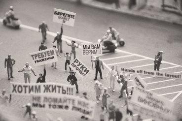 Власти удается эффективно препятствовать какому-либо объединению протестующих и купировать медиаподдержку протестов