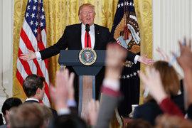 Президент США Дональд Трамп сможет изменить состав семиместного совета управляющих ФРС, заполнив в нем минимум три вакантных места