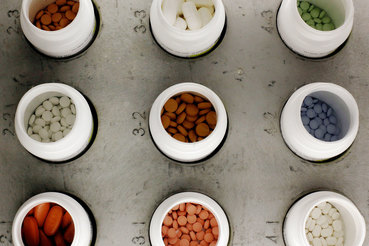 Производители в США в январе подняли цены на 2353 рецептурных препарата — примерно на четверть меньше, чем годом ранее