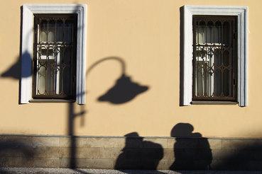 Бедность уводит в тень