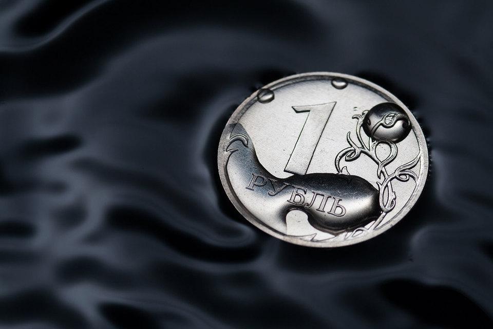 Рубль и российские акции падают вслед за нефтью