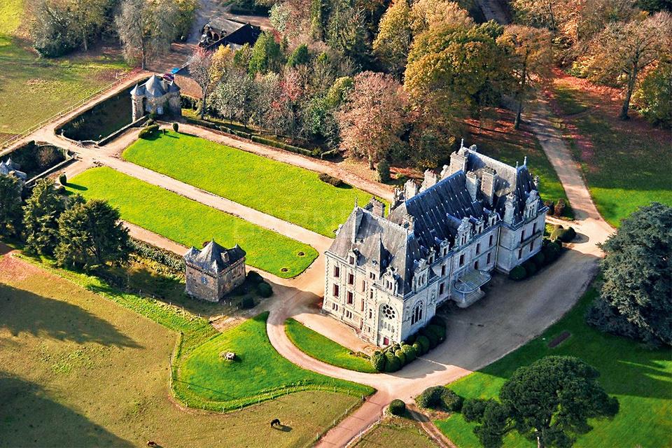 Замок XIX века в Бретани с 20 спальнями, в саду есть конюшня, корт и собственная система прудов
