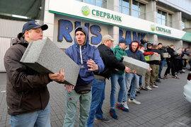 Банк объяснил это нарушением графиков инкассации в связи с блокировкой работы центрального отделения и банкоматов на Украине