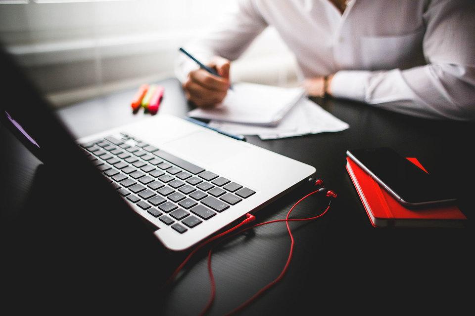 Все большее число студентов и бизнес-школ выбирают образовательные программы МВА, которые преподаются через интернет полностью или частично
