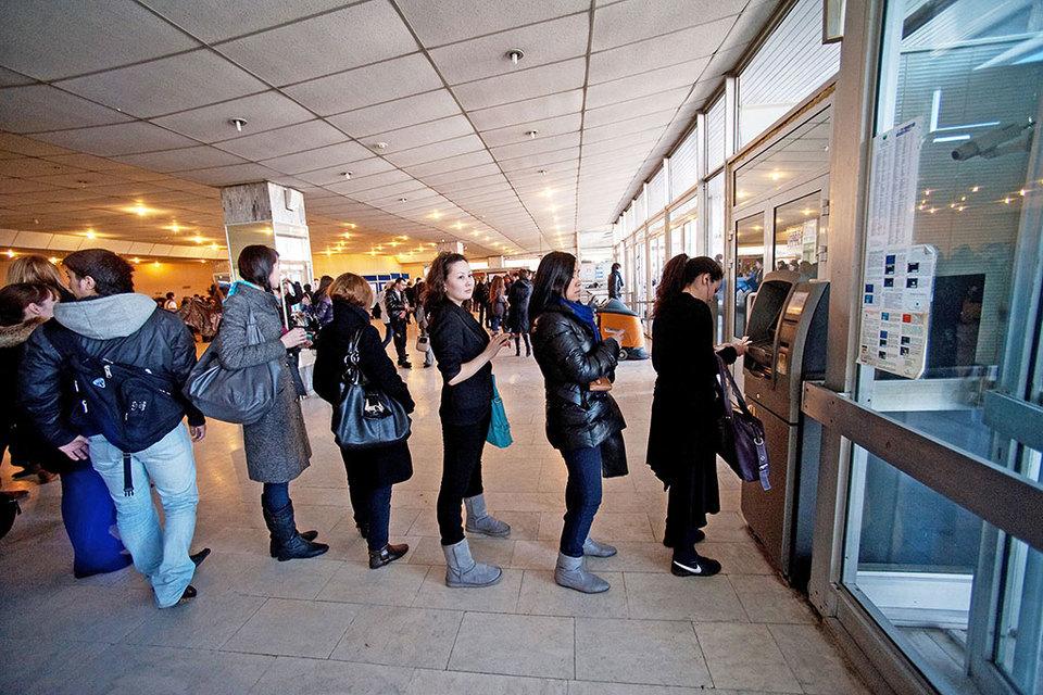 Visa позволила банкам брать комиссию заснятие наличных вбанкоматах