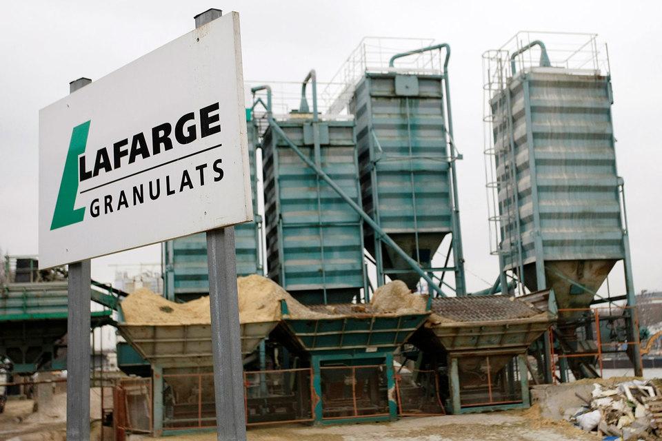 Сирийскому заводу Lafarge приходилось платить многочисленным вооруженным группировкам за продолжение работы, пока его не закрыли в 2014 году