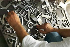 Процесс создания скульптуры из металлических букв