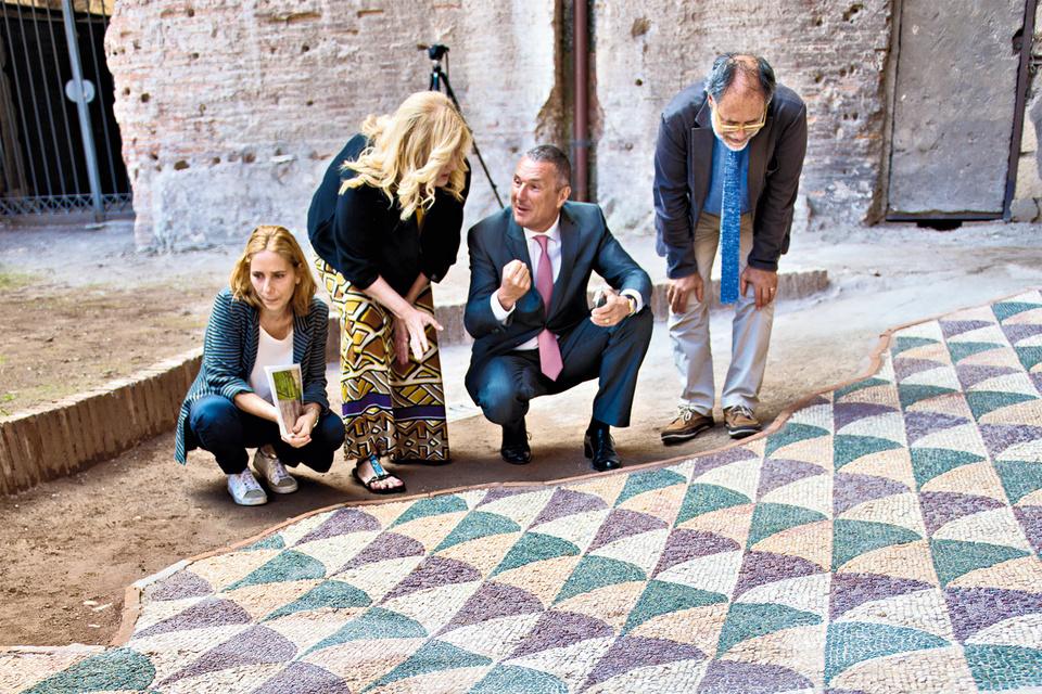 Анна Борзомати, член группы реставраторов, Марина Пираномонте, директор Terme  di Caracalla,  Жан-Кристоф Бабен, глава Bulgari, Франческо Просперетти, главаУправления по охране культурного наследия Рима