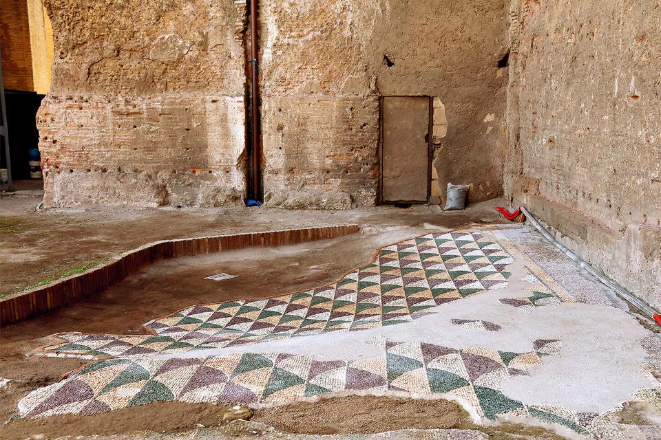 Процесс реставрации фрагментов мозаик в западных галереях терм занял более полугода