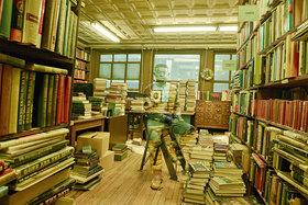 А был ли мальчик: художник Лю Болин сливается с окружающим пространство в объективе Энни Лейбовиц