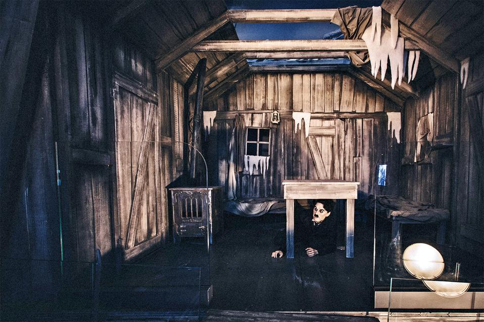 Подвижная модель хижины из «Золотой лихорадки» в «Студии» Чаплина, расположенной по соседству с особняком