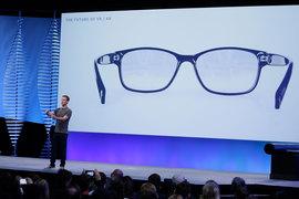 Марк Цукерберг высказал заинтересованность в создании таких очков, «миниатюрность которых позволит потребителю всегда носить их с собой»