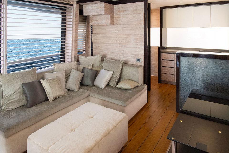 Интерьер яхты выполнен в стиле карибской виллы, в нем преобладают теплые тона