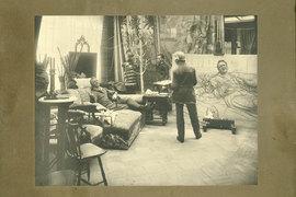 Фотография позирующего Репину Шаляпина – один из немногих мужских сюжетов выставки