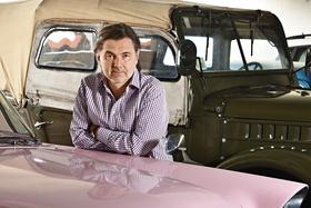 Дмитрий Гуржий нафоне автомобилей из своей коллекции