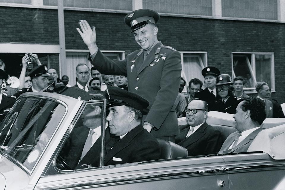 Юрий Гагарин приветствует жителей Лондона из открытого «роллс-ройса», 1961 год