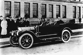 Совладелец компании Chevrolet Луи Шевроле (второй слева) на дебютном выезде модели Series C Classic Six(1912)