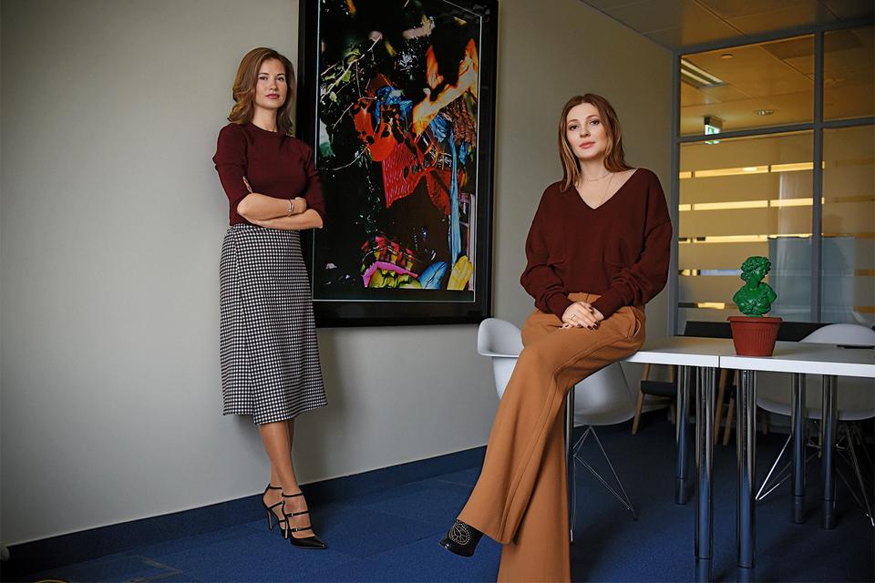 Екатерина Винокурова и Анастасия Карнеева, сооснователи SmartArt, на фоне фотоработы Сергея Сапожникова