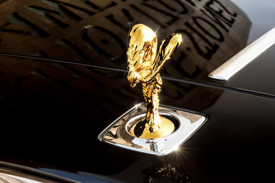 Позолоченная статуэтка «Дух экстаза» на автомобиле дизайна певицы Ширли Бэсси