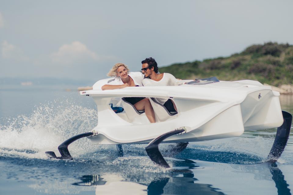 Quadrofoil Q2 – результат четырех лет дизайнерских и конструкторских разработок. Это электрический катамаран, который скользит по поверхности воды со скоростью 40 км/ч, не создавая шума и волн